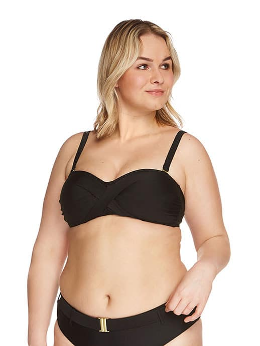 model in bandeau bikini grote maten