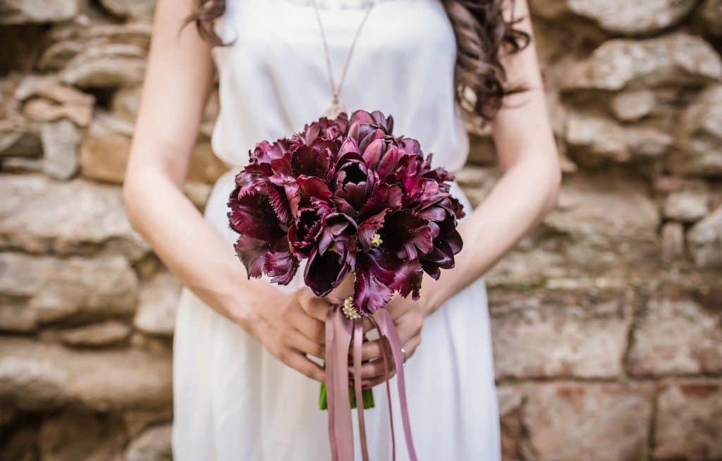 afbeelding van vrouw in bruidsjurk met romantisch bloemstuk