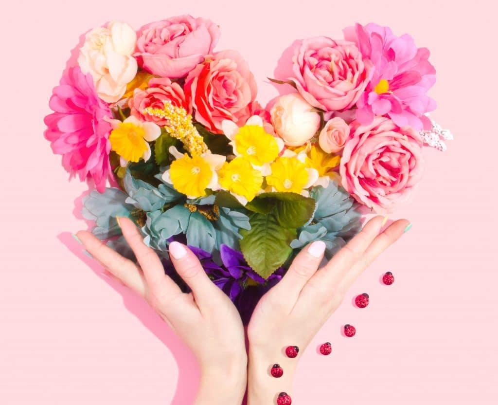 boeket bloemen in de vorm van een hart behorende bij artikel over valentijn lingerie