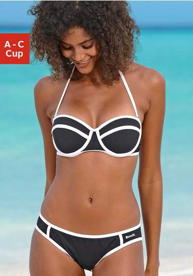 vrouw in een balconette bikini