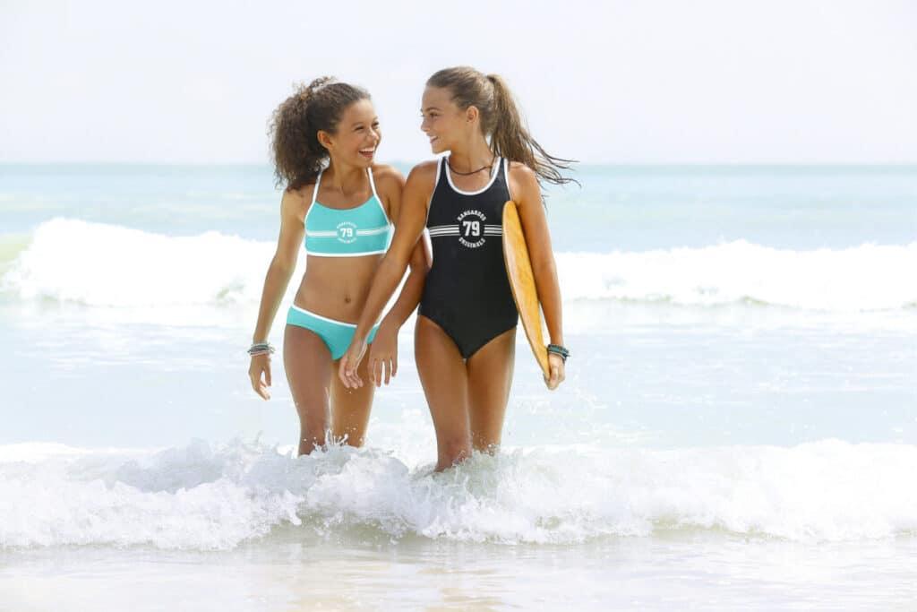 meisjes in de zee in badmode behorende bij artikel over bikini voor meiden