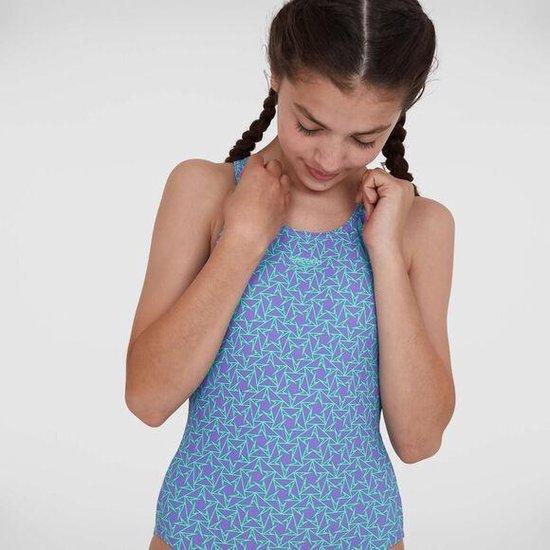 meisje in een lichtblauw speedo badpak