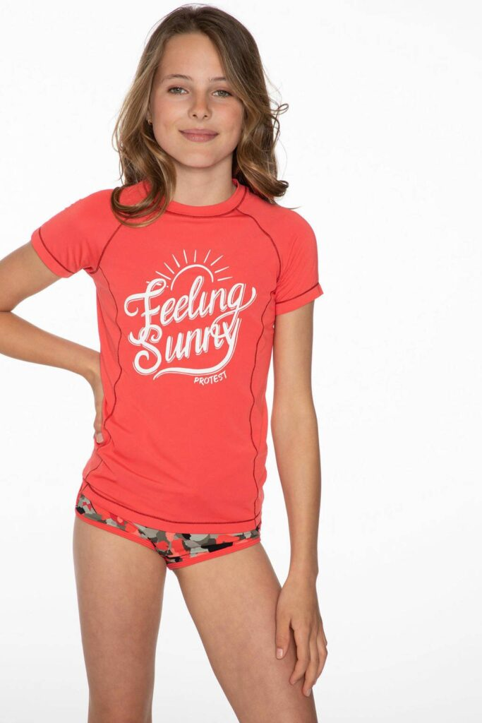 meisje in een sun protective t-shirt